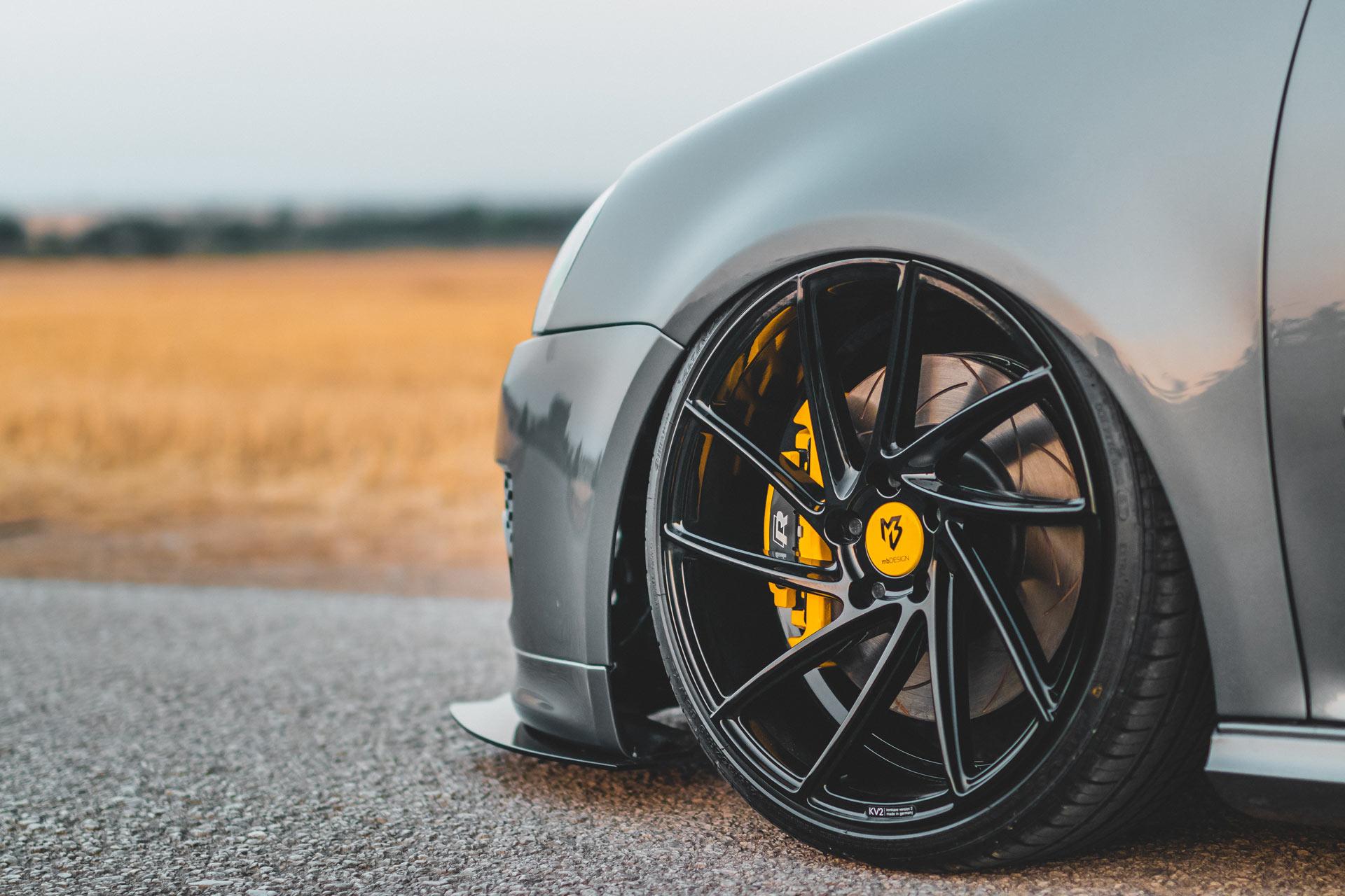 Tuning eines Auto mit Spoiler, Felgen und Bremsen