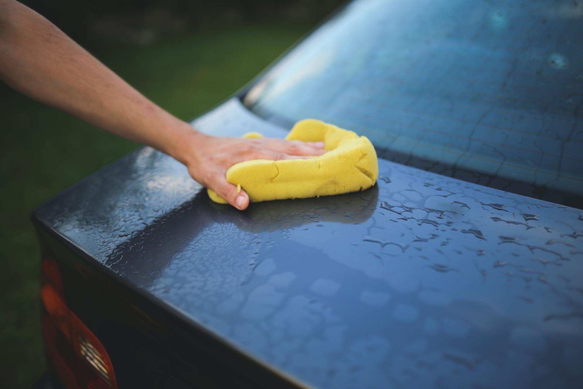 Autopflege mit einem speziellen weichen Schwamm